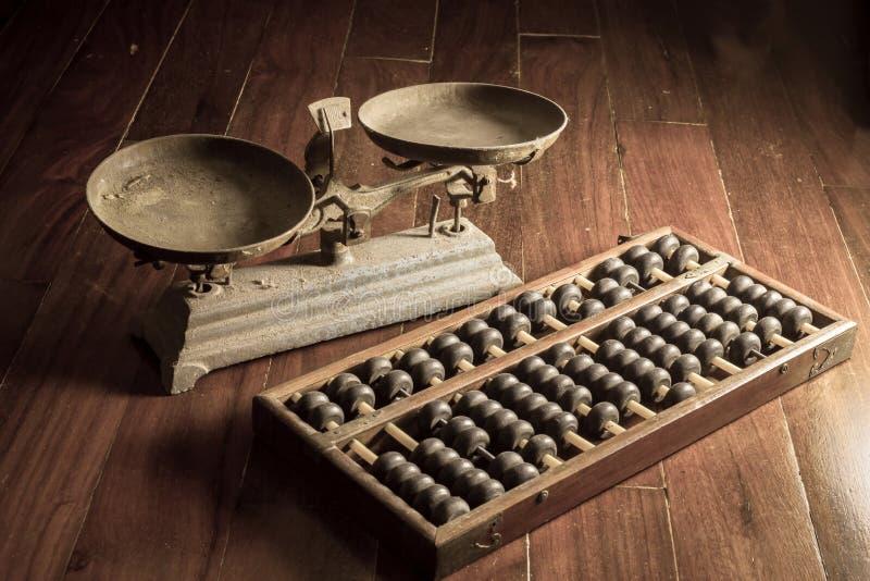 Forntida affärshjälpmedel, gammal skala och kulram royaltyfri foto