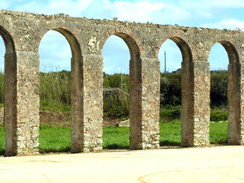 Forntida akvedukt i Obidos, Portugal arkivbilder