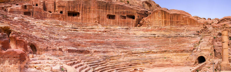 Forntida amfiteater i panoramasikten, Petra, Jordanien arkivfoto