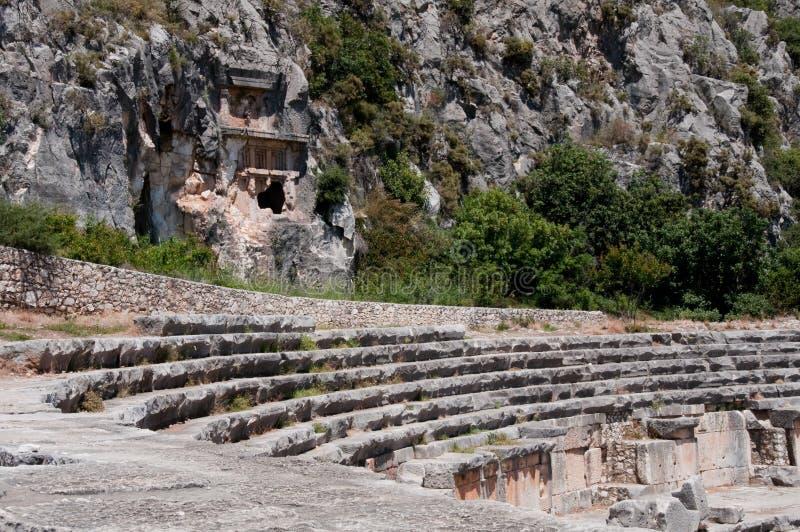 Forntida amfiteater och Lycian gravvalv i Myra (Turkiet) royaltyfri bild