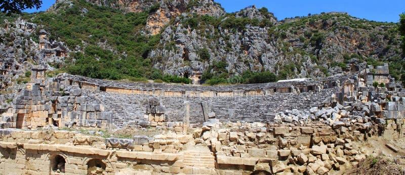 Forntida amphitheater och Lycian tombs arkivbilder