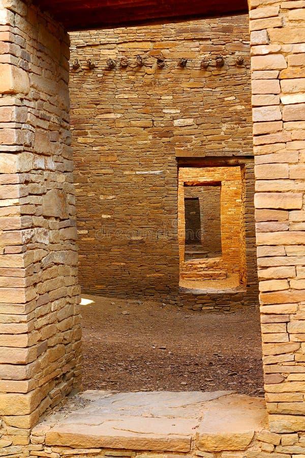 Forntida Anasazi dörröppningar, PuebloBonito, Chaco kanjon som är ny - Mexiko arkivfoton