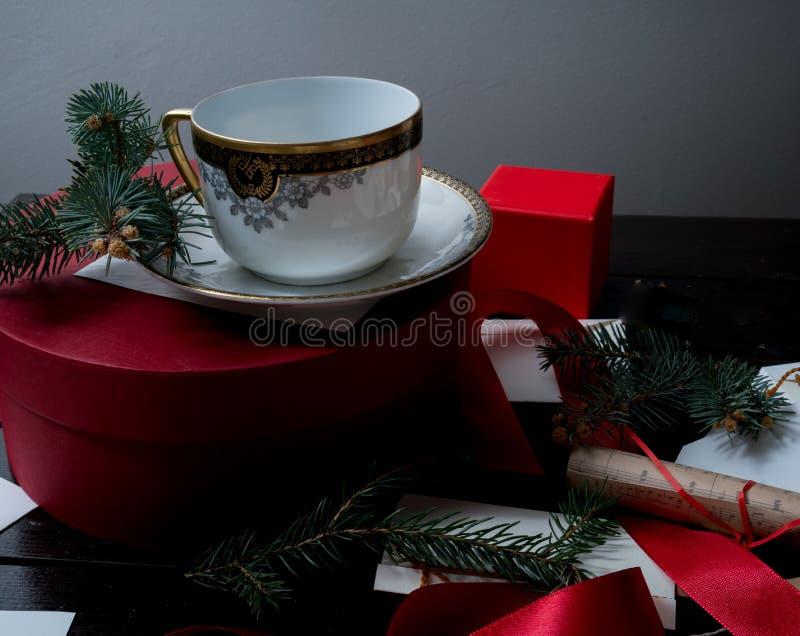 Forntida antik kopp på jultabellen med gåvabokstäver, kuvert och inbjudningar Santa Claus fotografering för bildbyråer