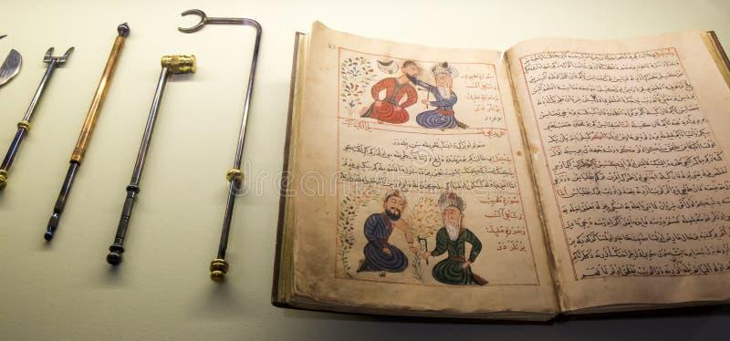 Forntida arabisk medicinsk bok och hjälpmedel arkivfoto