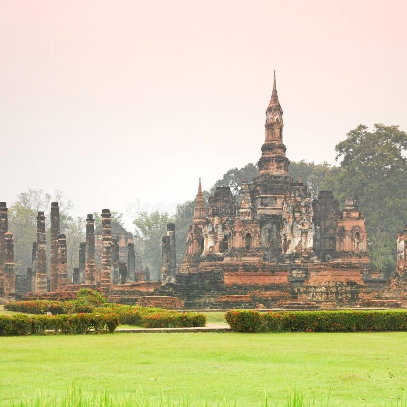 Forntida arkitektur av buddistiska tempel i historiska Sukhothai royaltyfria bilder