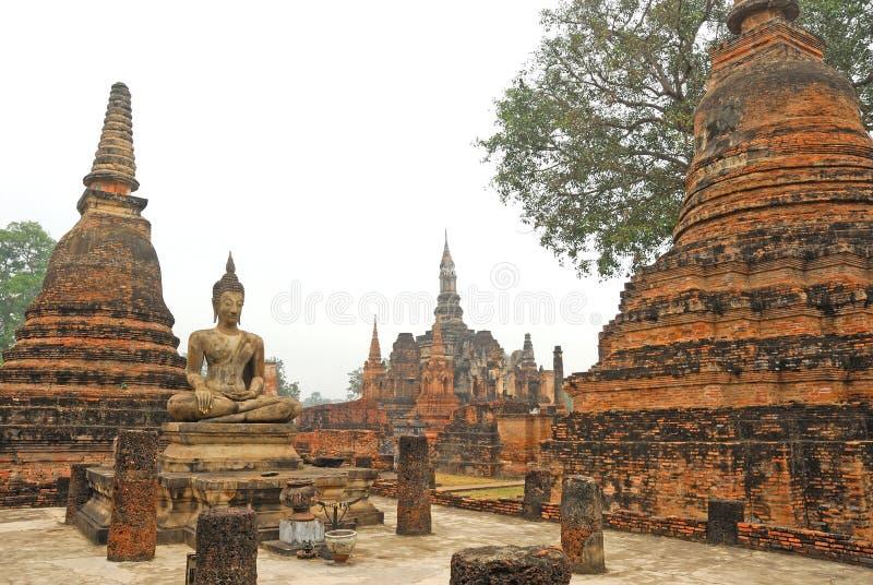 Forntida arkitektur av buddistiska tempel i historiska Sukhothai royaltyfri foto