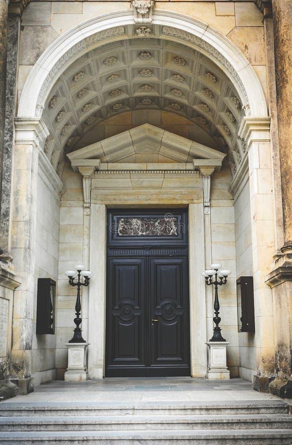 Forntida arkitektur av Tyskland Dörren av en lyxig antik byggnad fotografering för bildbyråer