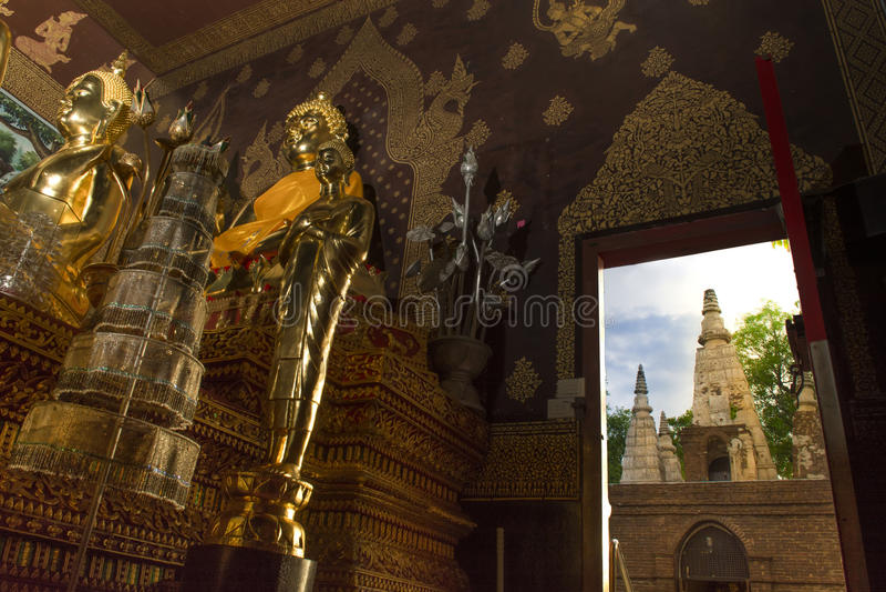 Forntida arkitektur i Chiangmai, Thailand (Wat Jed Yod) royaltyfria bilder