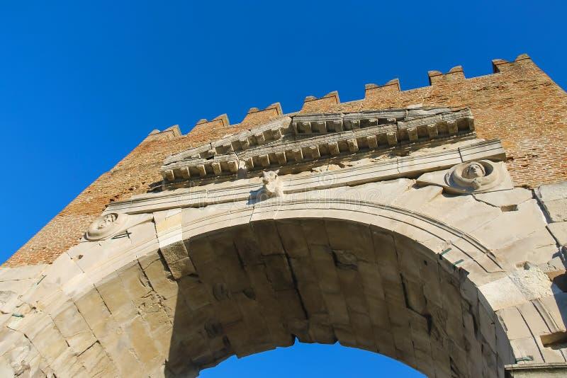 Forntida båge av Augustus (Arco di Augusto) i Rimini, Italien fotografering för bildbyråer