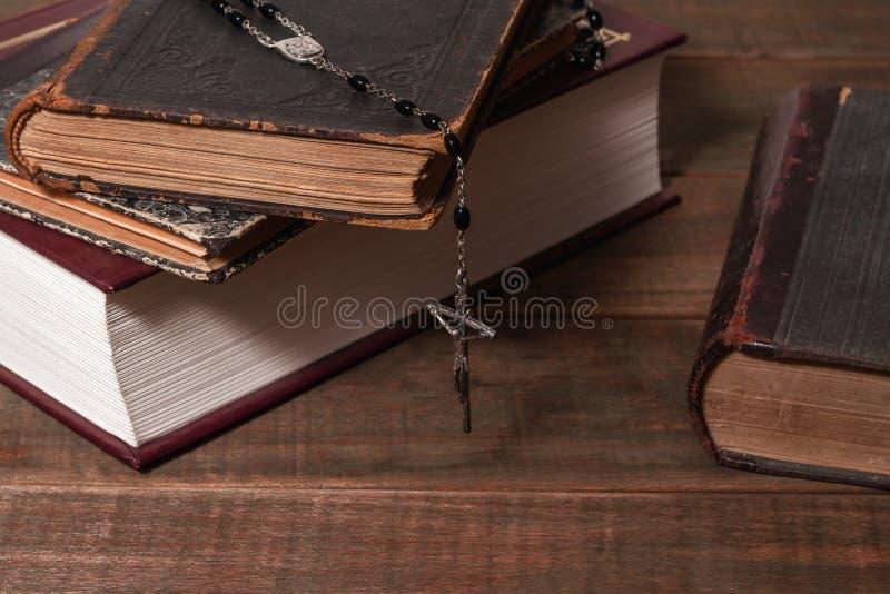 Forntida böcker och radbandkatolik & x28; bönbeads& x29; royaltyfria foton