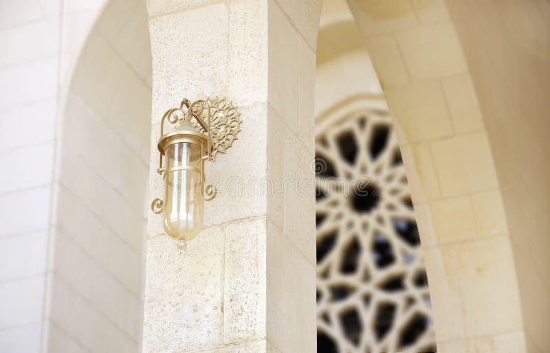 forntida bahrain elegant storslagen lampmoské arkivfoto