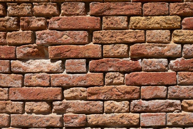 Forntida bakgrund för textur för vägg för röd tegelsten, solljus royaltyfri fotografi