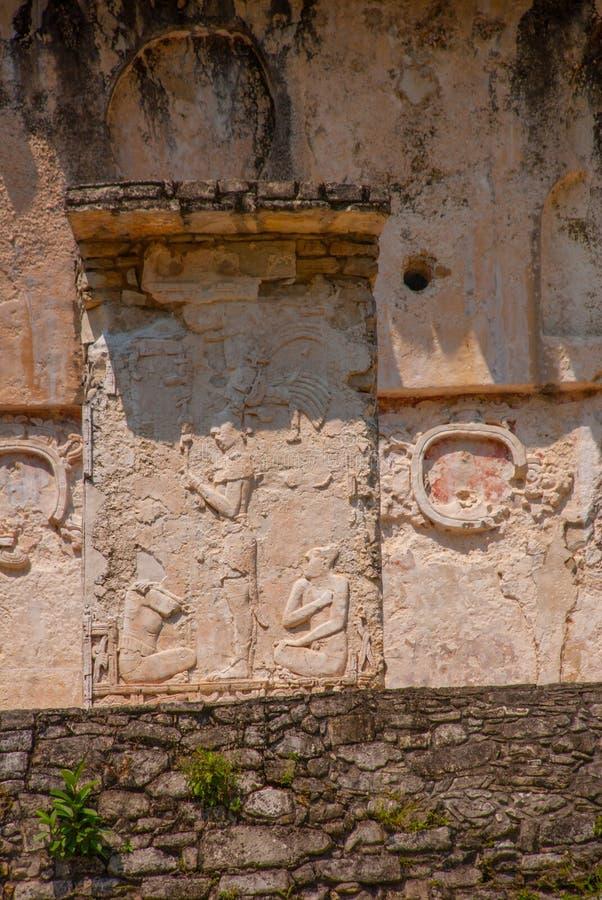 Forntida basrelief som snider Mayafolk på de Palenque ruinasna Chiapas Mexico royaltyfri foto