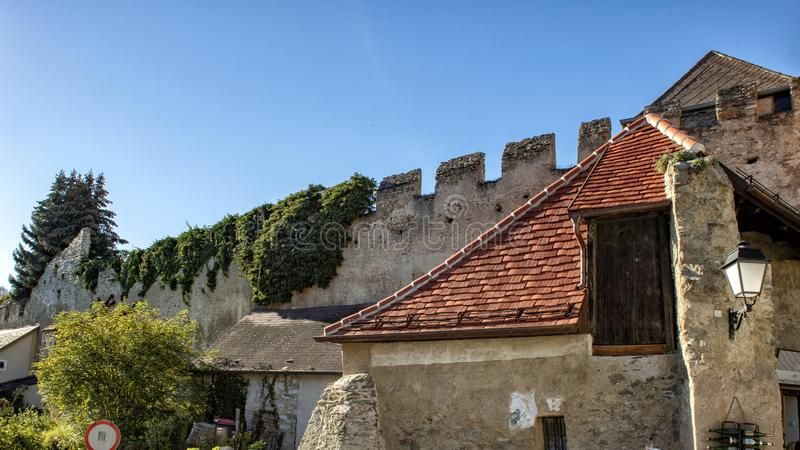 Forntida befästningvägg, Durnstein, Österrike royaltyfria foton