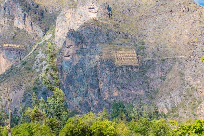 Forntida bergmagasin nära Ollantaytambo Peru royaltyfria bilder