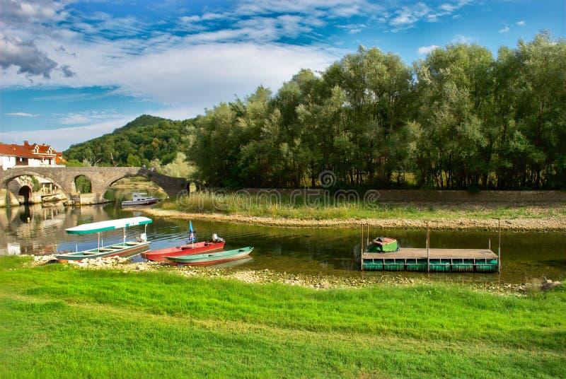 Forntida bro över floden Crnojevic, Skadar sjö, Montenegro royaltyfria bilder
