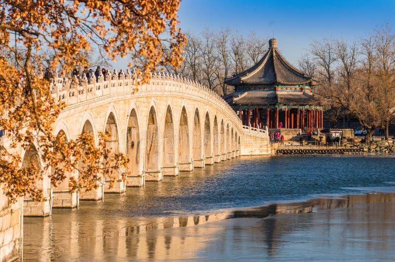 Download Forntida bro i vinter redaktionell fotografering för bildbyråer. Bild av sjutton - 106826869