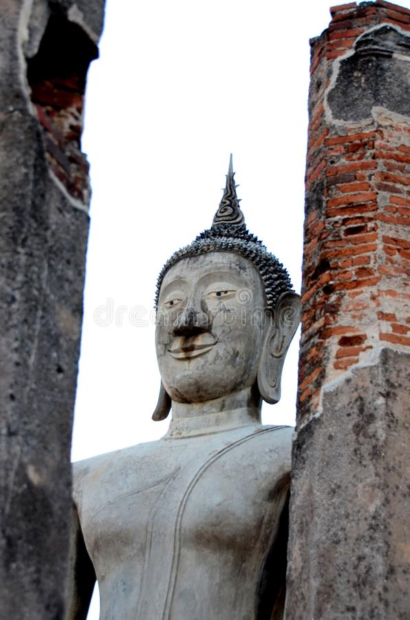 Forntida Buddha som är respektabel av buddister i Thailand fotografering för bildbyråer