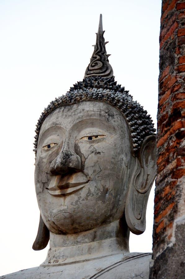 Forntida Buddha som ?r respektabel av buddister i Thailand fotografering för bildbyråer