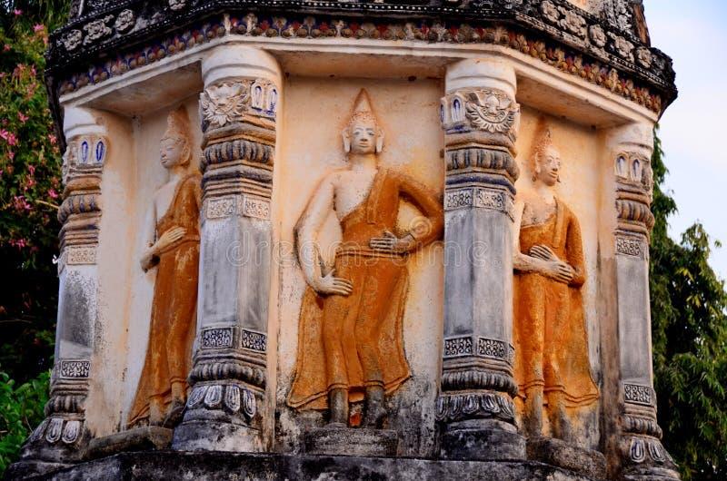 Forntida Buddha som ?r respektabel av buddister i Thailand arkivbilder