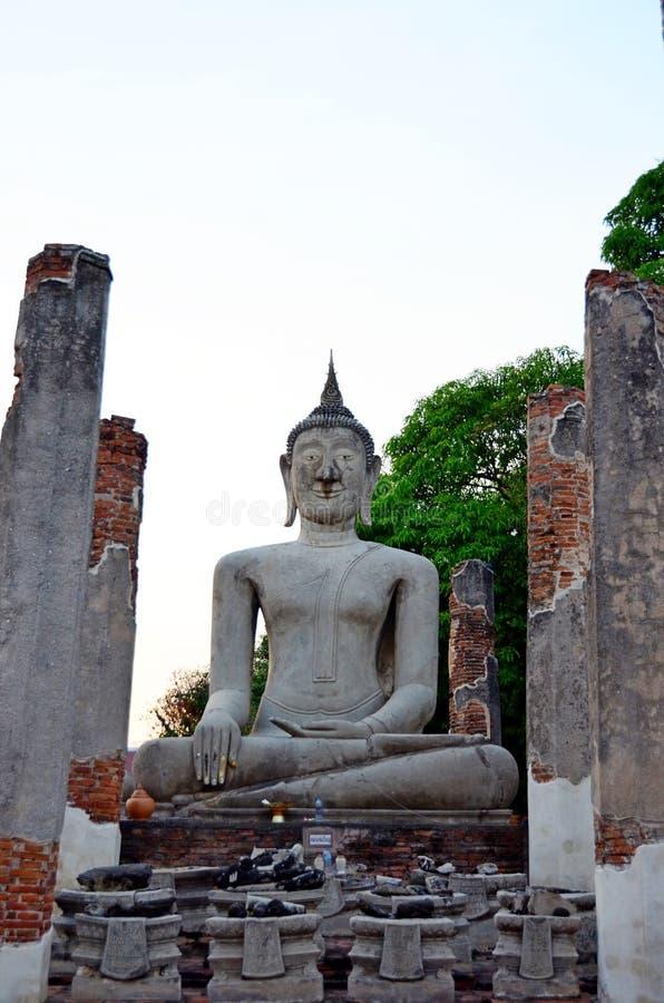 Forntida Buddha som ?r respektabel av buddister i Thailand royaltyfri foto