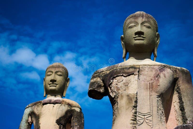 Forntida buddha staty för två med blå himmel royaltyfri fotografi