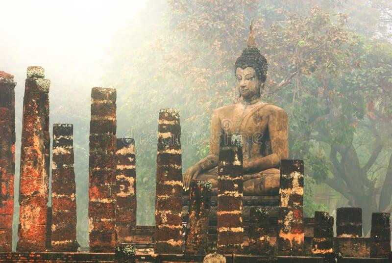 forntida buddha staty Historiska Sukhothai parkerar, Sukhothai royaltyfri fotografi