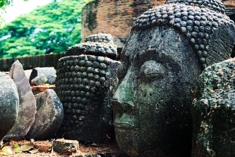 Forntida buddha statyhuvud arkivbilder