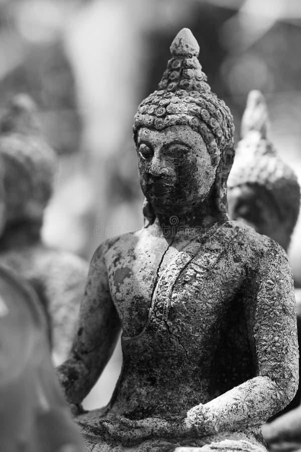 Forntida Buddhastatyer i Nakhonsawan Thailand arkivbild