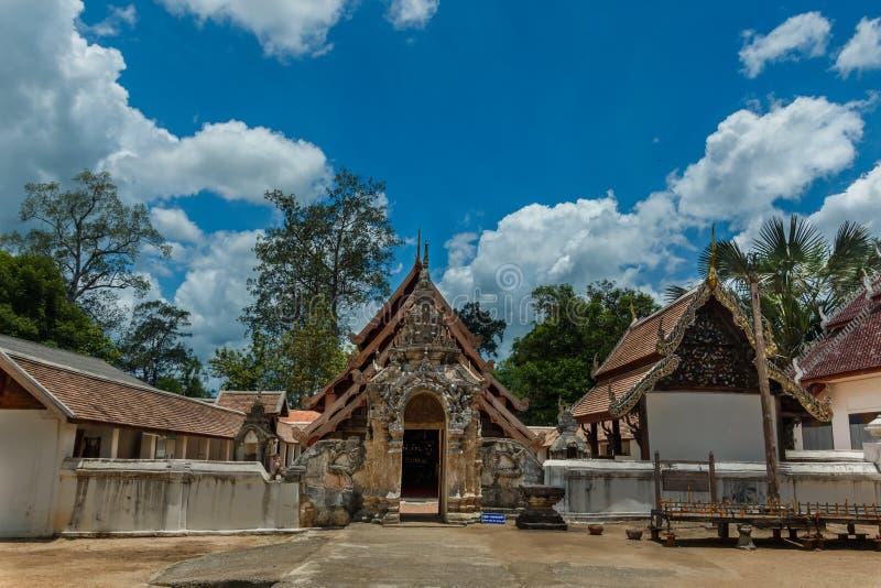 Forntida buddist, Singha staty på Wat Lai Hin Luang Khong Temple, Lampang, Thailand arkivfoton