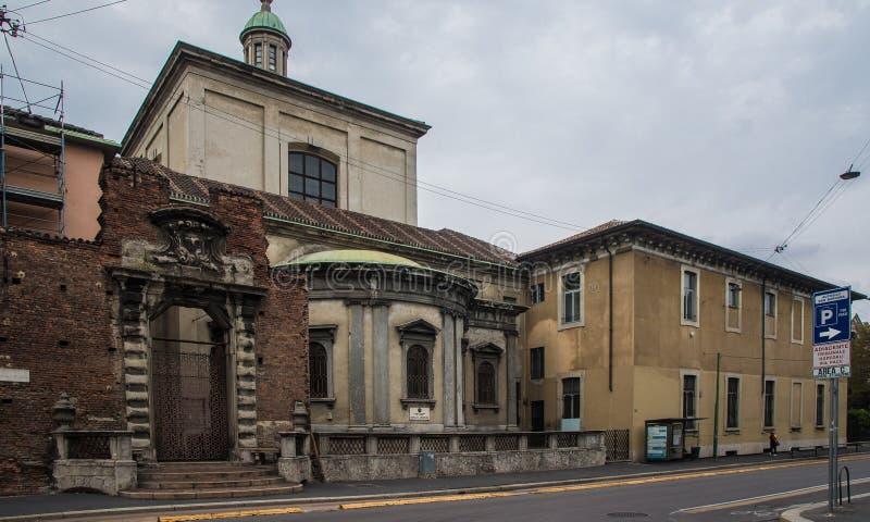 Forntida byggande fasader i milan arkivfoton