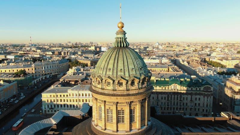 Forntida byggnad med enorma kolonner och guld- takbeståndsdelar royaltyfria foton
