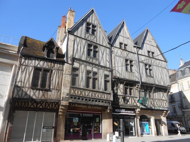 Forntida byggnader i mitten av Dijon, Frankrike fotografering för bildbyråer