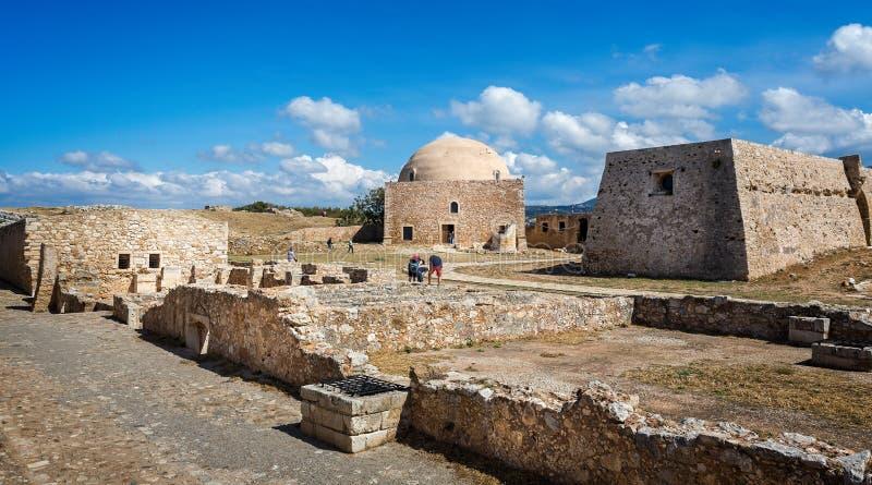 Forntida byggnader inom den Rethymno slotten inklusive ottomanmoské i Kreta, Grekland royaltyfria foton