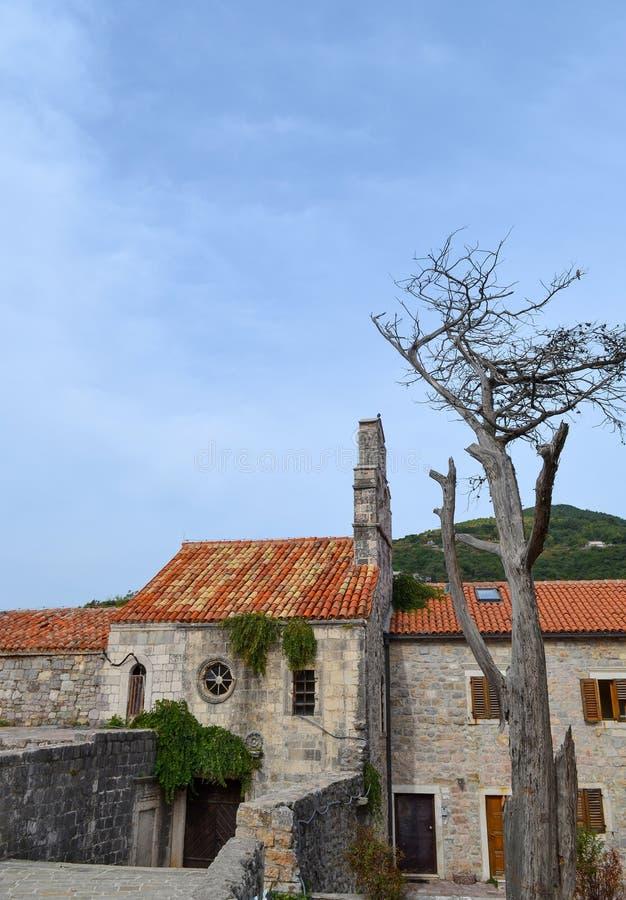 Forntida byggnader med ett rött belagt med tegel tak gammal town Budva Montenegro arkivfoton