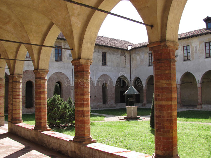 forntida cloistercrema italy royaltyfri bild