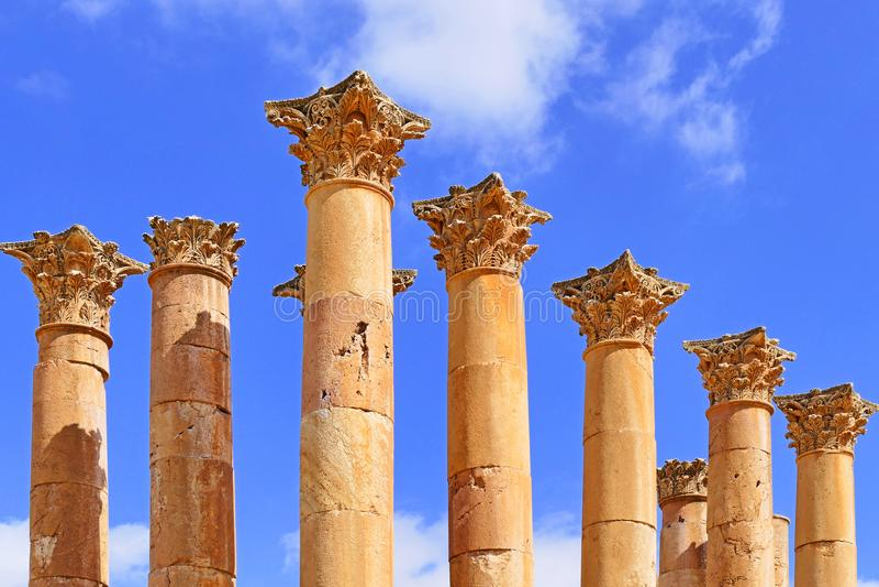 Forntida Corinthiankolonner på templet av Artemis i Jerash, Jordanien royaltyfri bild