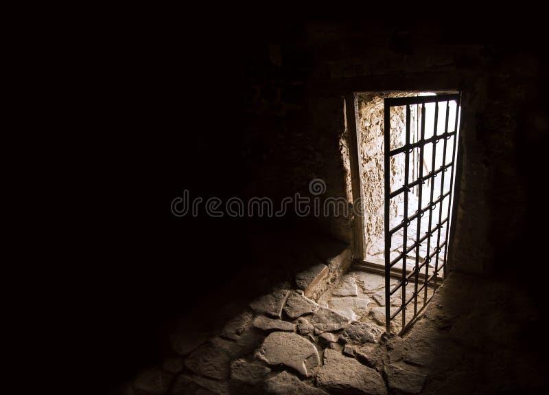 Forntida dörr av mörkt rum royaltyfria foton