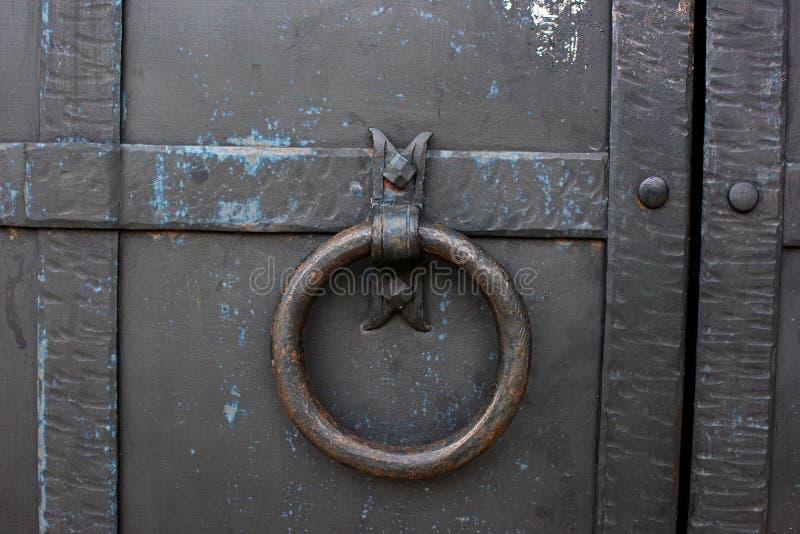 Forntida dörr med en cirkel arkivfoton