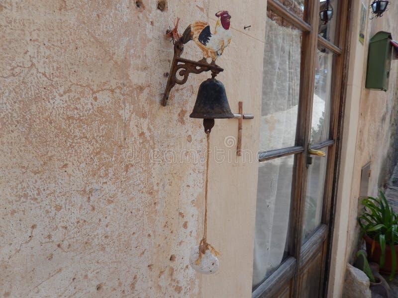 Forntida dörrappell arkivbilder