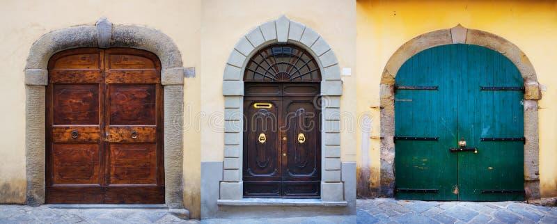 Forntida dörrar; Historisk gammal portuppsättning royaltyfri foto