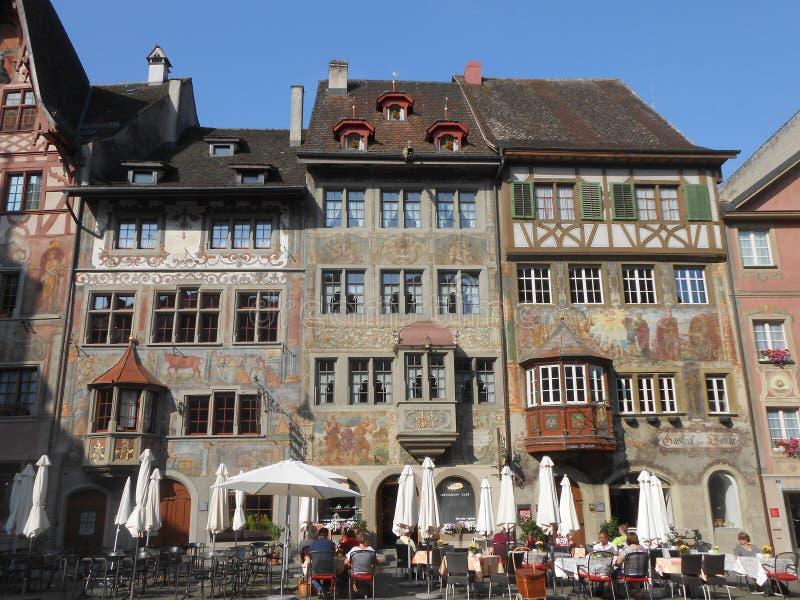 Forntida dekorerade byggnader i Stein am Rhein, Schweiz arkivbilder