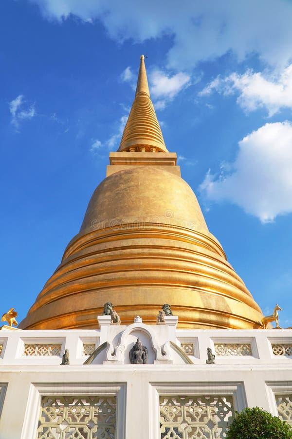Forntida den guld- pagoden av Wat Bowonniwet Vihara den huvudsakliga dragningstemplet i Bangkok royaltyfri foto