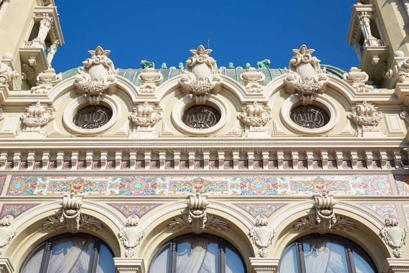 Forntida detalj för fasad för kasinobyggnadsbaksida med färgrika garneringar i en solig dag i Monte - carlo arkivfoto