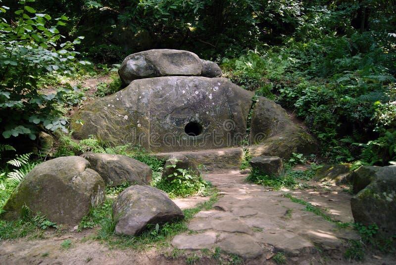 Forntida dolmen i bergskogen av Kaukasuset royaltyfria foton