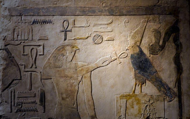 Forntida egyptier målad lättnadsstenskulptur royaltyfria bilder