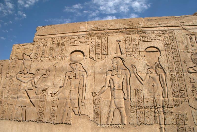 Forntida egyptisk bas-relief på väggen royaltyfri foto