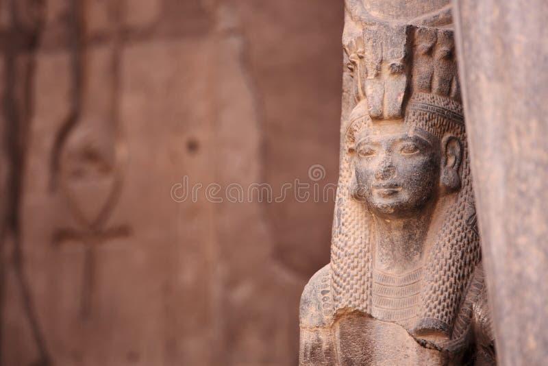 Forntida egyptisk gudinnaIsis och Ankh det forntida symbolet av liv royaltyfria bilder