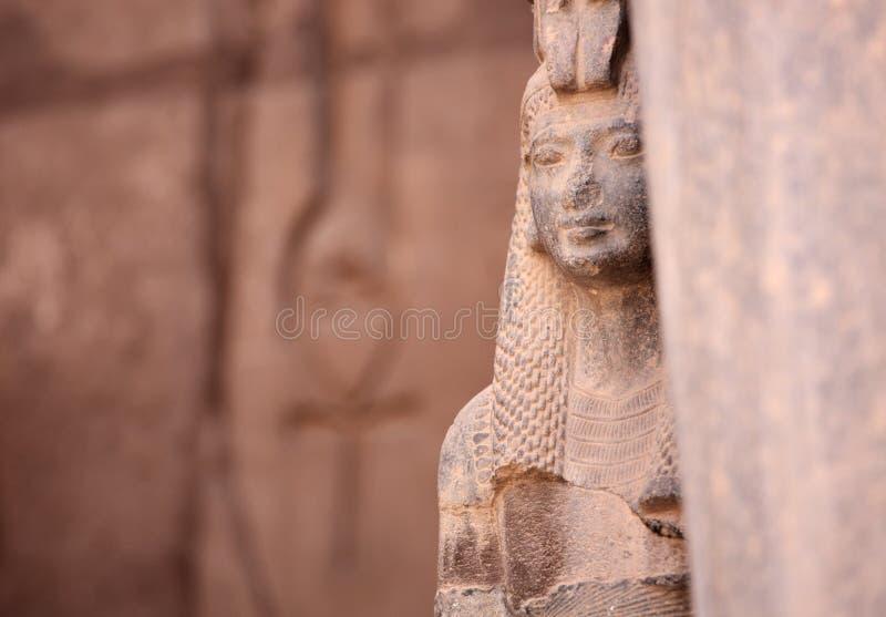 Forntida egyptisk gudinnaIsis och Ankh det forntida symbolet av liv arkivbilder