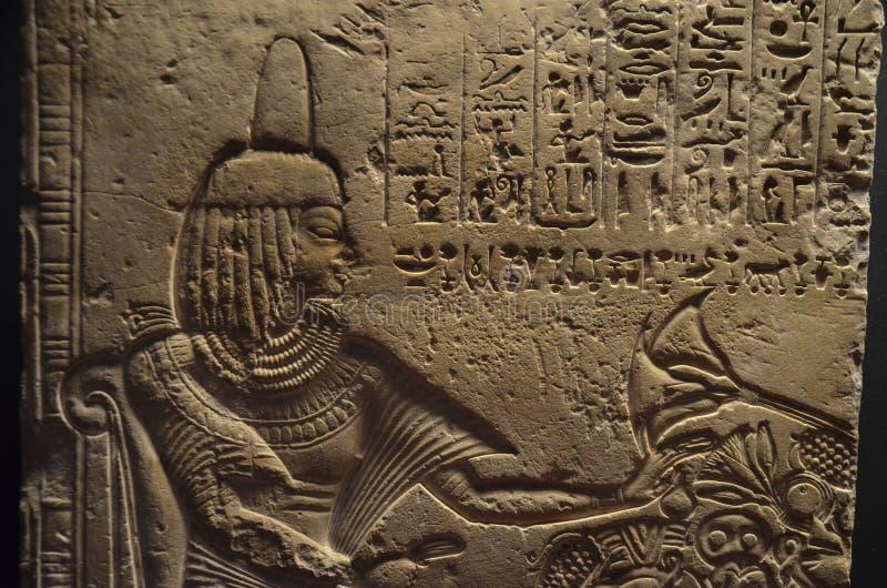 Forntida egyptisk hieroglyphic bas-relief royaltyfria bilder